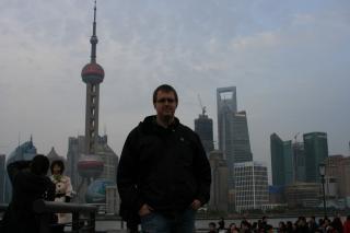 Stefan vor Skyline mit Pearl Tower
