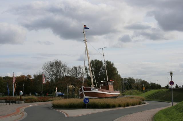 Schiffsinsel Frisia vor dem Ocean Wave in Norddeich